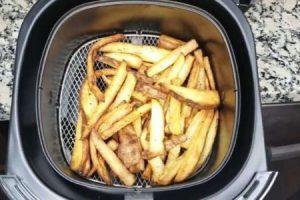 cesto con patatas fritas de la freidora philips hd922020