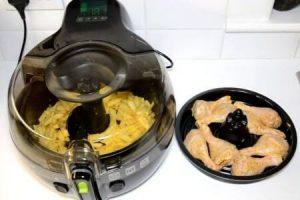 dos niveles de cocción de la freidora tefal actifry 2 en 1, el primero con patatas fritas y el segundo con muslos de pollo
