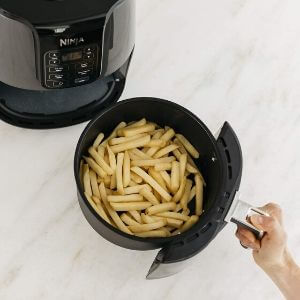 patatas fritas hechas con la freidora sin aceite Ninja