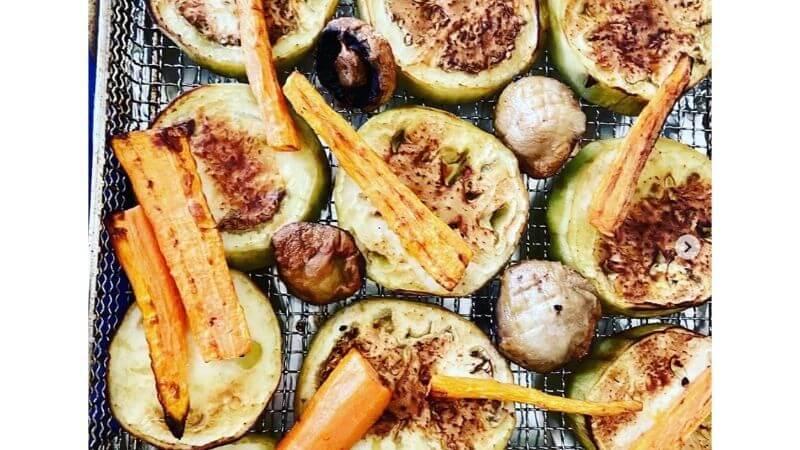 Ensalada de vegetales asados con freidora sin aceite