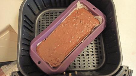 masa de brownie en molde dentro de la freidora sin aceite