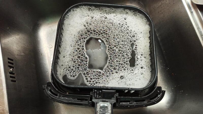 cesto de freidora sin aceite con agua y jabón