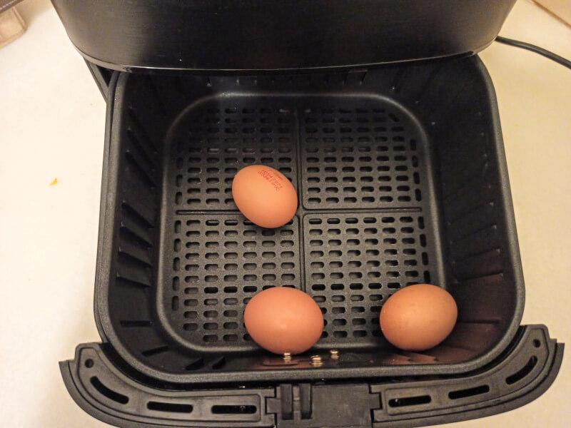 3 huevos duros en cesto de freidora de aire